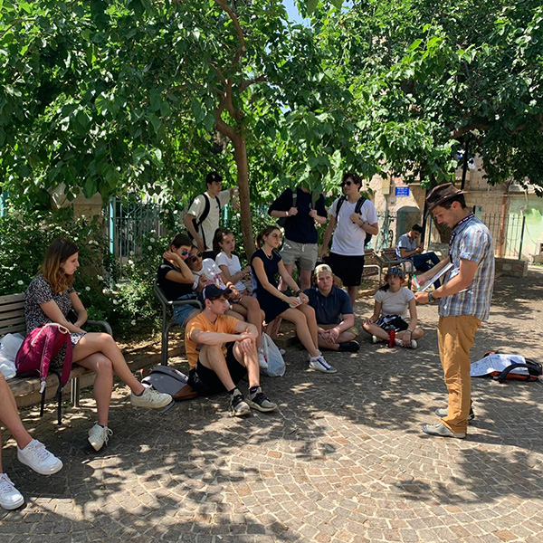 """Learning about the history of Nachlaot neighborhood in """"Gan Hatut"""""""