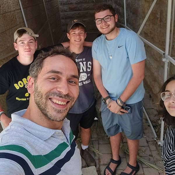 Jerusalem students building their sukkah with gabe